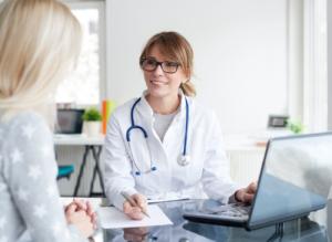 Médecin en consultation avec une patiente FISI