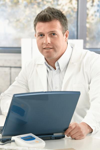 Jeune médecin qui saisit sur son ordinateur FISI